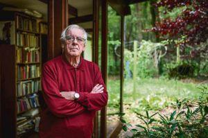 Jeroen Brouwers bij zijn huis in de bossen van het Vlaamse Zutendaal (foto: NRC)